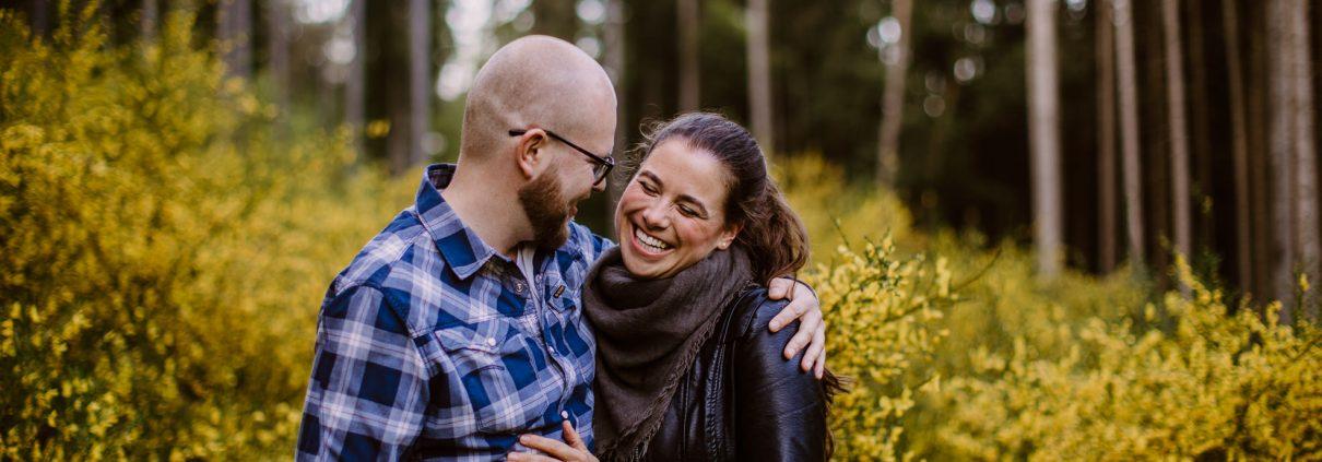 Natürliche Paarfotos, Verlobungsbilder, Ginster, Bilder vom Leben,